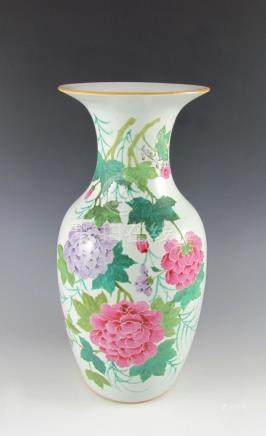 Bodenvase. Balusterform. Polychrome Bemalung mit Blüten. Lange Legende. China, Republikzeit. H 42