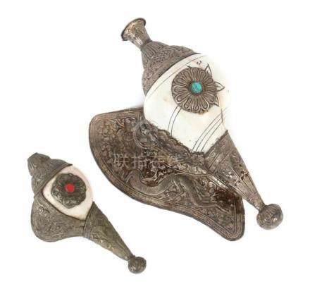 2 MuschelhörnerTibet, 19./20. Jh., Schneckenmuschel/Silber/Metall, sog. Shanka, große