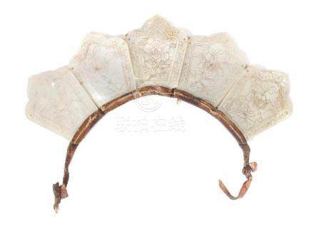 Priester-TiaraTibet/Nepal, 19./20. Jh., Perlmutt, 5 Platten mit graviertem Lotusblüten-Dekor, mit
