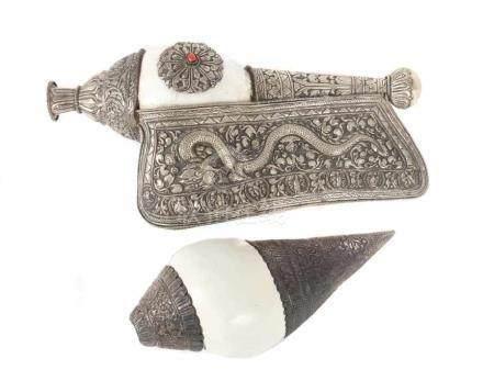 """2 Muschelhörnersog. """"Shanka"""", Tibet, Ende 19./20. Jh., Schneckenmuschel mit Metall-/"""