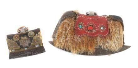 2 Amulett-TaschenTibet/Nepal, wohl 20. Jh., Leder/Metall, 1 kleine Amulett-Tasche mit Metallbschlag,