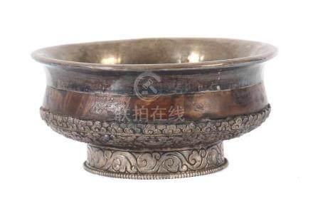 Wurzelholz-KoppchenTibet/Nepal, 20. Jh., Wurzelholz/Silber, Koppchen auf rundem Fuß, mit