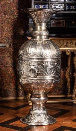 Grande paire de vases en métal argenté à col resseré sur piédouche, richement c