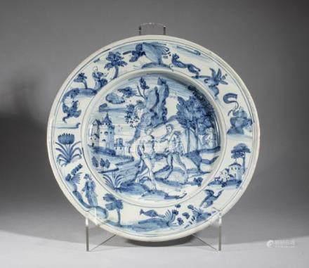 Grand plat en faience à décor mythologique en bleu sur fond blanc, l'aile à déc