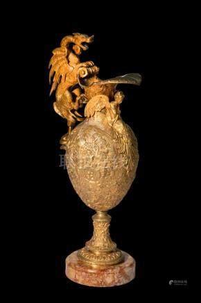 Grande aiguière en bronze doré à deux couleurs, ornée d'une cariatide ailée et