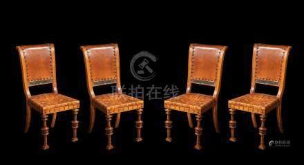 Série de quatre chaises dans le goût de l'Antique en bois clair, garnies de cui