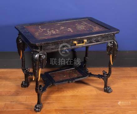 Gabriel VIARDOT (1830-1904).Attribuée à - Table de milieu en bois noirci et gra