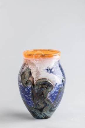 Jean Claude NOVARO (1943-2015) - Vase balustre en verre à applications sur fond
