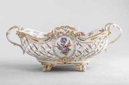 Large corbeille ajourée en porcelaine à décors polychrome de fleurs fruits et