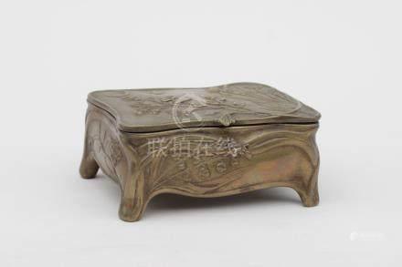 """Boite à bijoux en bronze doré à décor de muguet et fleurs, porte la signature """""""