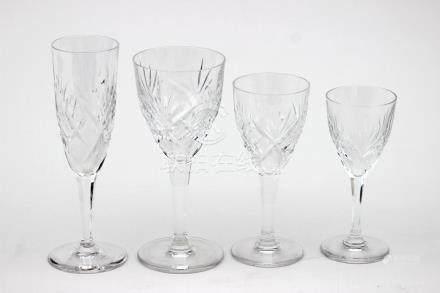SAINT LOUIS Modèle Chantilly Partie de service en cristal taillé comprenant 12