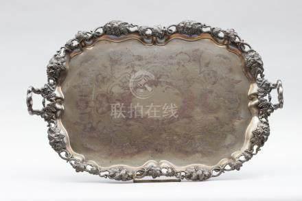 Grand plateau en cuivre et métal argenté de forme contournée le fond gravé à dé