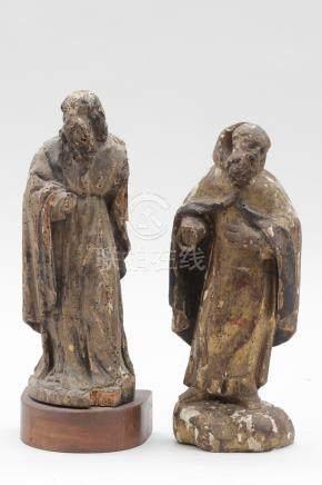 Deux SCULPTURES en bois doré, taille directe, representant deux Saints, dos à m