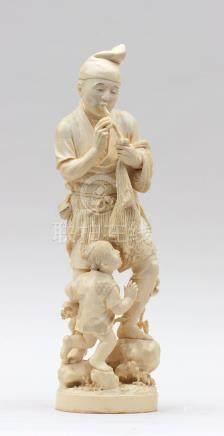 Grand OKIMONO représentant un pêcheur et son enfant, il porte un filet sur le b