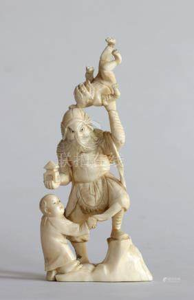 OKIMONO en ivoire représentant le roi Bishamon, roi gardien du Nord, tenant la
