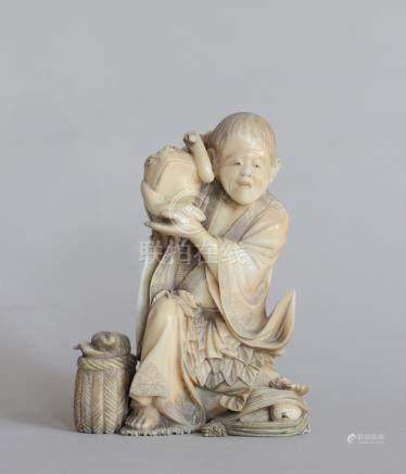 OKIMONO en ivoire représentant Gama Sennin accroupi un crapaud sur son épaule,