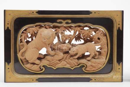 PAIRE d'éléments décoratifs en pin sculpté et ajouré représentant , pour l'un u
