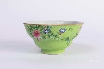 CHINE. BOL en porcelaine à décor floral polychrome sur fond vert. Marque en ble