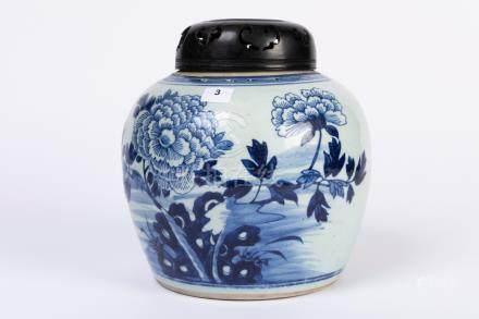 CHINE. POT à gingembre en porcelaine à décor floral bleu blanc. Couvercle en bo
