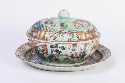 CHINE. SOUPIERE et son DORMANT en porcelaine à décor polychrome de scènes de pa