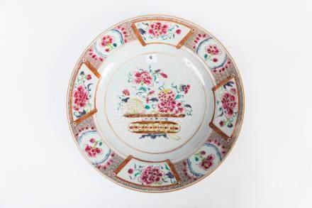 CHINE, Compagnie des Indes. PLAT circulaire en porcelaine à décor polychrome d'