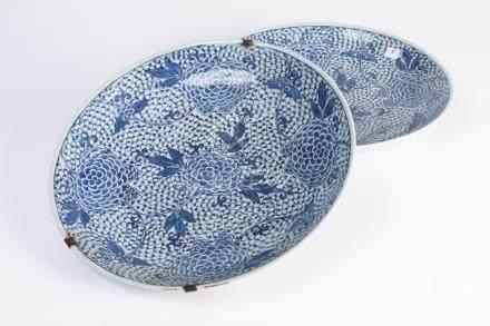 CHINE. Paire de PLATS circulaire en porcelaine à décor floral en plein bleu bla