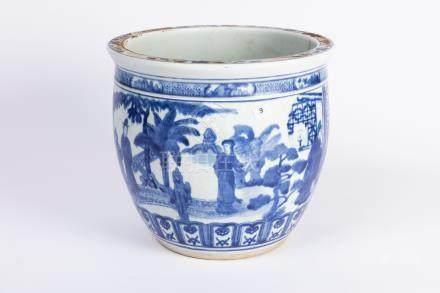 CHINE. CACHE-POT en porcelaine à décor bleu blanc de scènes animées. D. 28 cm.