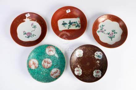 CHINE. Lot de cinq ASSIETTES en porcelaine à décor polychrome dont quatre à déc