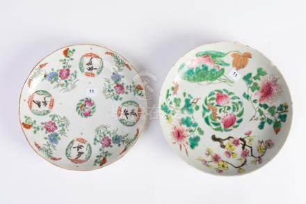 CHINE. Lot de deux assiettes circulaires en porcelaine à décor polychrome. L'un