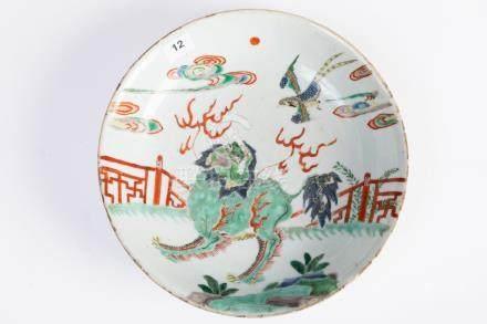 CHINE. ASSIETTE circulaire en porcelaine à décor polychrome d'un chien de Fô. M