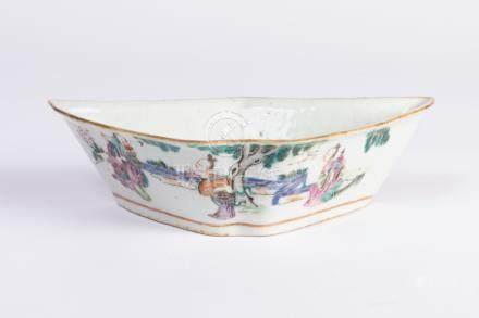 CHINE. COUPE oblongue en porcelaine à décor d'un paysage animé, et de chauve-so