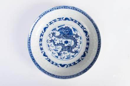 CHINE. ASSIETTE circulaire en porcelaine grains de riz, à décor bleu blanc du d