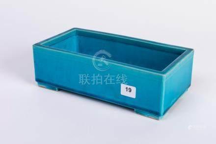 CHINE. JARDINIÈRE quadrangulaire en porcelaiene à couverte bleu truquoise. 7 x
