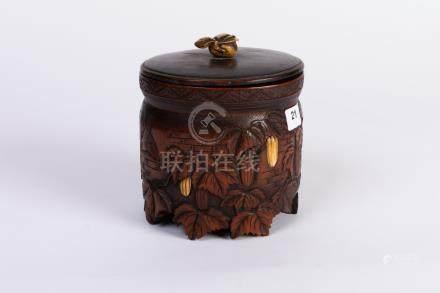 CHINE. POT couvert en bois sculpté et patiné, à décor en bas-relief de volatile