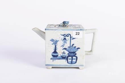 CHINE. THÉIÈRE cubique en porcelaine à décor bleu blanc de vases et tabourets.