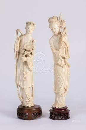 CHINE. Deux SUJETS en ivoire sculpté figurant deux élégantes. Socle de bois ajo