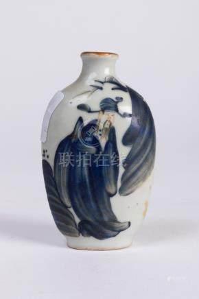CHINE. TABATIÈRE en porcelaine à décor bleu blanc à décor d'un lettré sur l'ave