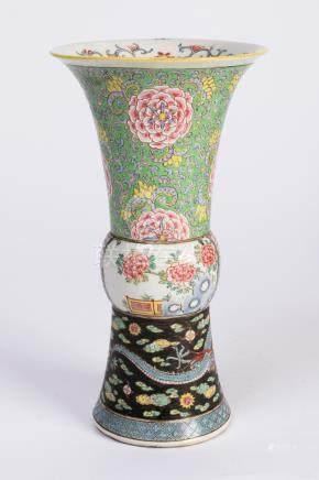 CHINE. VASE Gû en porcelaine à décor polychrome sur trois registres, du dragon