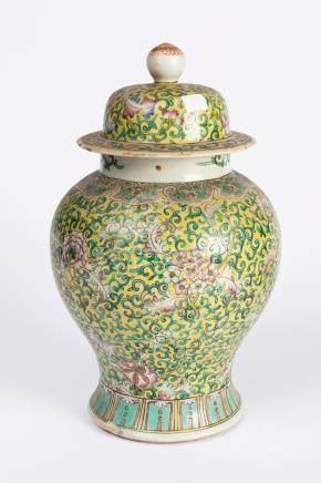 CHINE. POT couvert en porcelaine à décor polychrome de rinceaux stylisés sur fo