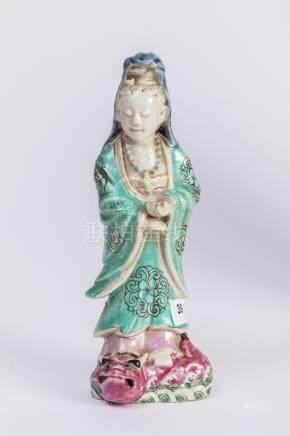 CHINE. SUJET en porcelaine à décor polychrome figurant une élégante sur un drag