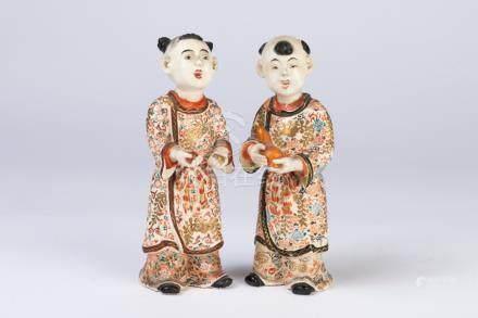 JAPON. Paire de SUJETS en porcelaine à décor polychrome figurnat deux petits se