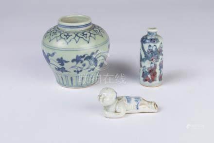 CHINE. Lot en porcelaine à décor bleu blanc comprenant une TABATIÈRE, un petit
