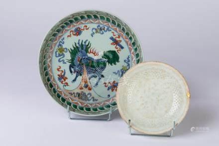 CHINE. Lot comprenant une ASSIETTE en porcelaine à décor polychrome d'un dragon