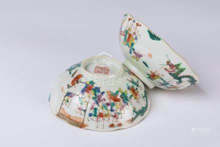 CHINE. Paire de BOLS en porcelaine à décor polychrome d'une procession. Marque