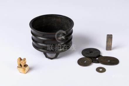 CHINE. Lot comprenant un petit BRÛLE-PARFUM tripode en bronze, cinq sapèquese e