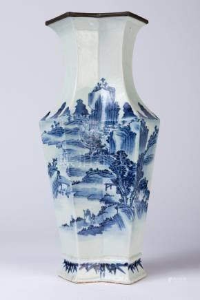 CHINE. VASE hexagonale à décor en camaïeu de bleu d'un paysage lacustre et d'un