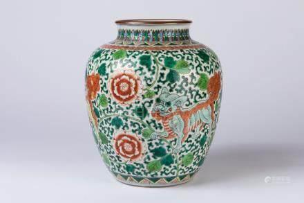CHINE. VASE en porcelaine à décor polychrome de rinceaux stylisés fleuris. H. 3