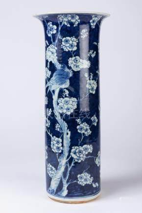 CHINE. VASE rouleau à col évasé en porcelaine à décor d'oiseaux branchés en rés
