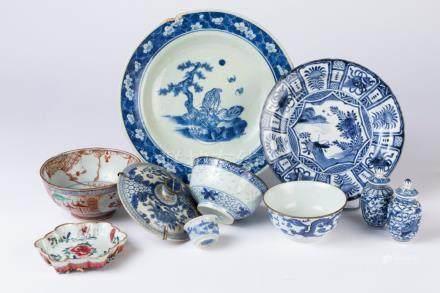 CHINE. Lot en porcelaine à décor polychrome comprenant une paire de POTICHES, 4