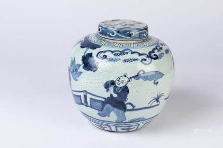 CHINE. POT à GINGEMBRE en porcelaine à décor en camaïeu de bleu d'un personnage